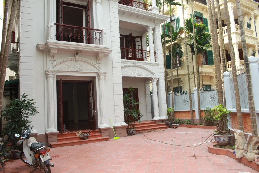 Large yard house to rent in Tay Ho Westlake 4 bedrooms 1
