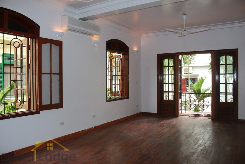 Large yard house to rent in Tay Ho Westlake 4 bedrooms 20