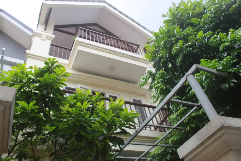 Quiet furnished 3 bedroom house in Nghi Tam village Tay Ho to let