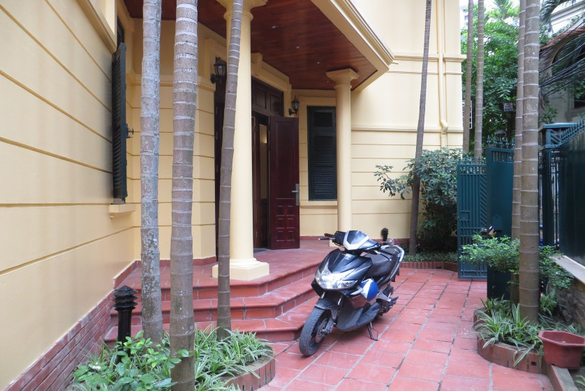 Tay Ho house for rent with 4 bedrooms, 300m2 with unfurnished