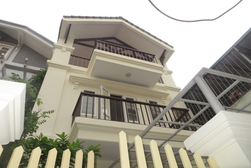 Unfurnished house in Nghi Tam village Tay Ho for rent