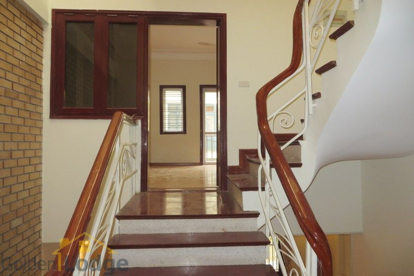 Unfurnished house in Nghi Tam village Tay Ho for rent 10
