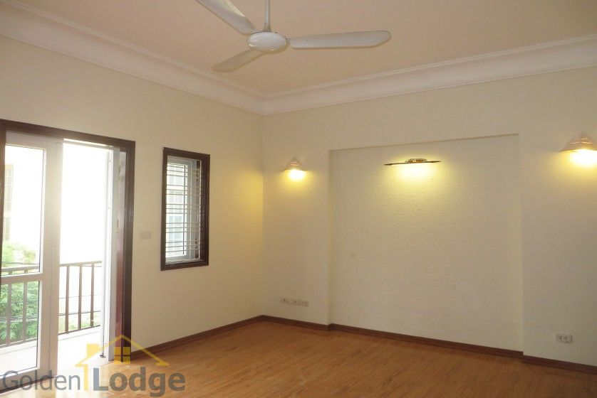 Unfurnished house in Nghi Tam village Tay Ho for rent 11