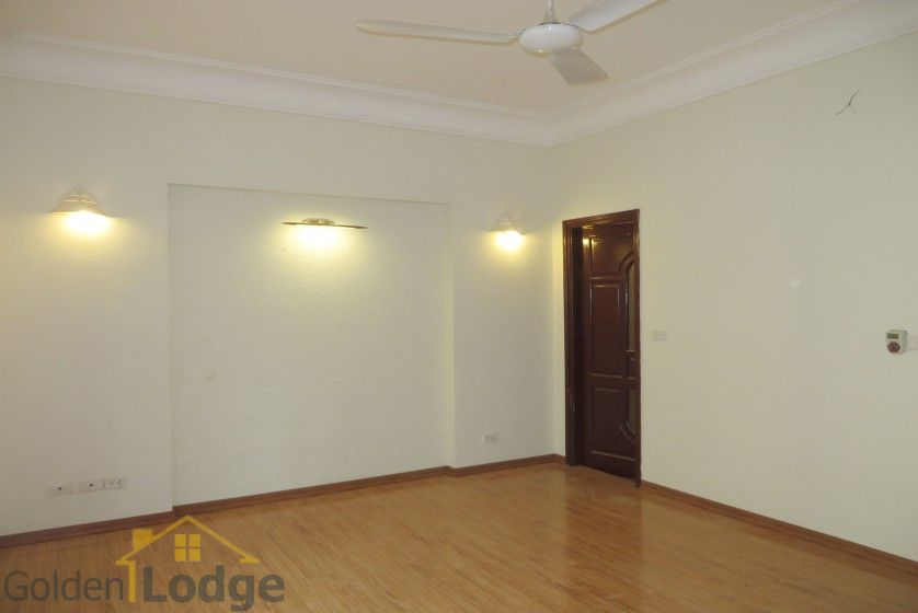 Unfurnished house in Nghi Tam village Tay Ho for rent 12