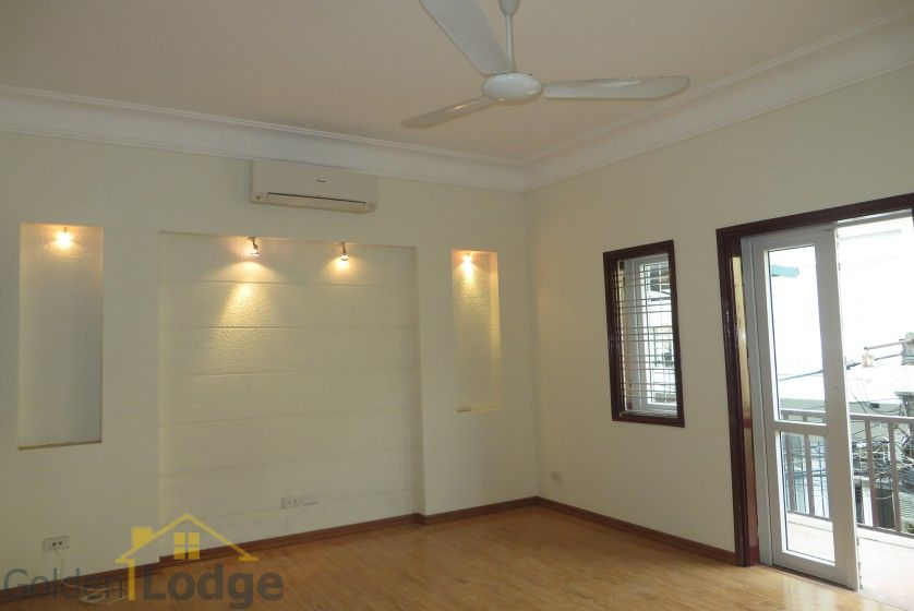 Unfurnished house in Nghi Tam village Tay Ho for rent 13