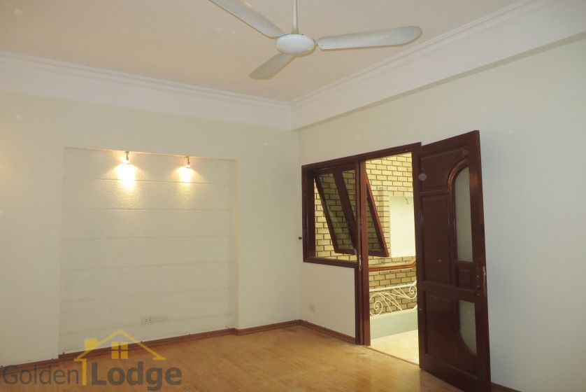 Unfurnished house in Nghi Tam village Tay Ho for rent 16