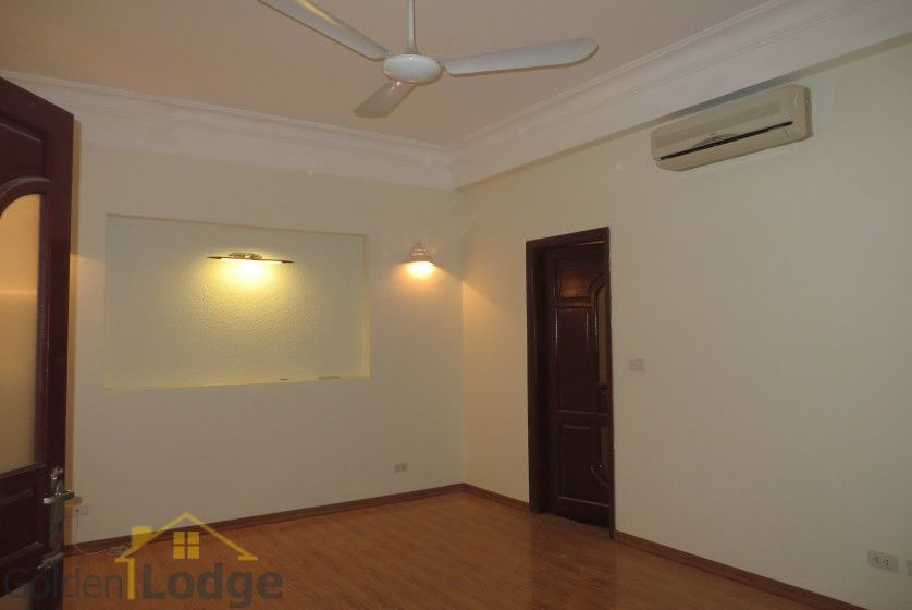 Unfurnished house in Nghi Tam village Tay Ho for rent 8