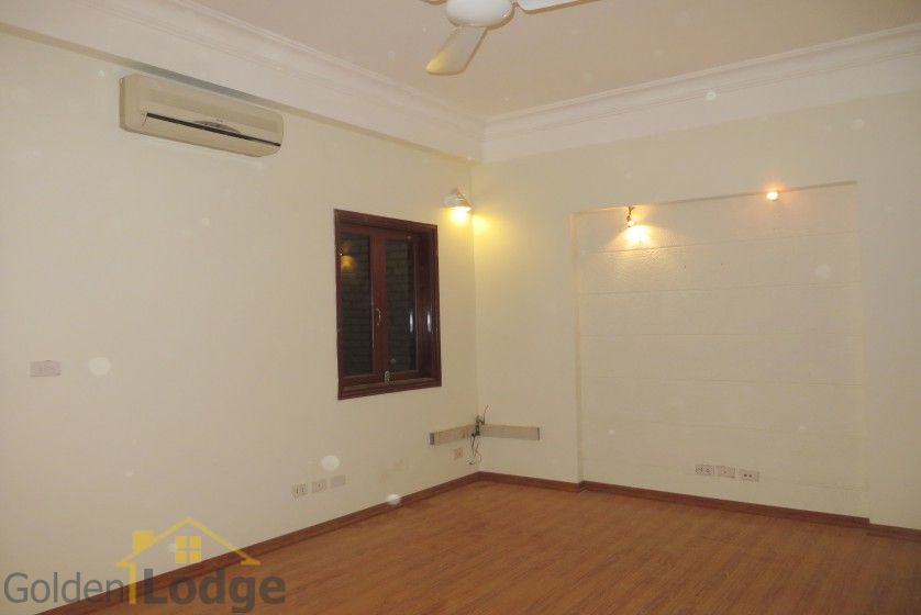 Unfurnished house in Nghi Tam village Tay Ho for rent 9