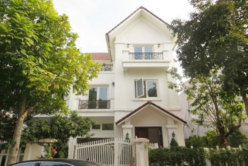 Warmly villa in Vinhomes Riverside to rent garden 5 bedrooms